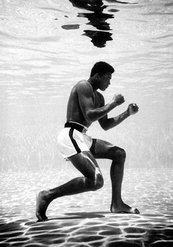Muhammad Ali die onder water aan het schaduwboksen is.